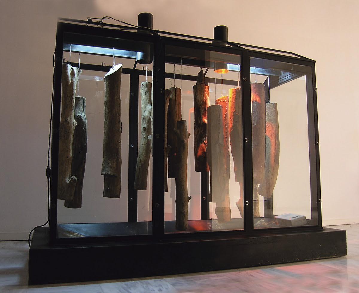 «Σαράκι», 1990-2004 οργανική ύλη, σίδερο, γυαλί, νερό, ξύλο, ηλεκτρικό φως, θερμαντικές αντιστάσεις 300 x 255 x 130 εκ.